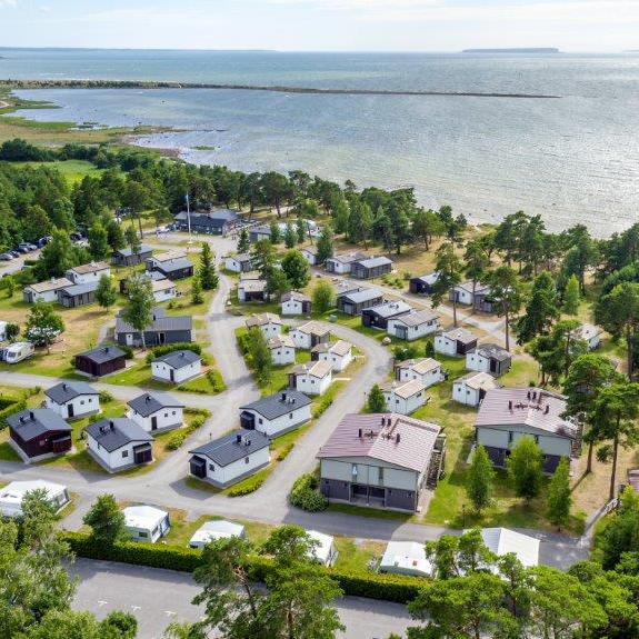 Björkhaga Strandby – 7 km från Visby GK - Vi erbjuder rabatterade golfpaket, t.ex. med 3 dagar i stuga + 2 greenfee på Visby GK.Läs mer och boka på bjorkhagastrandby.se eller ring 0498-24 19 00