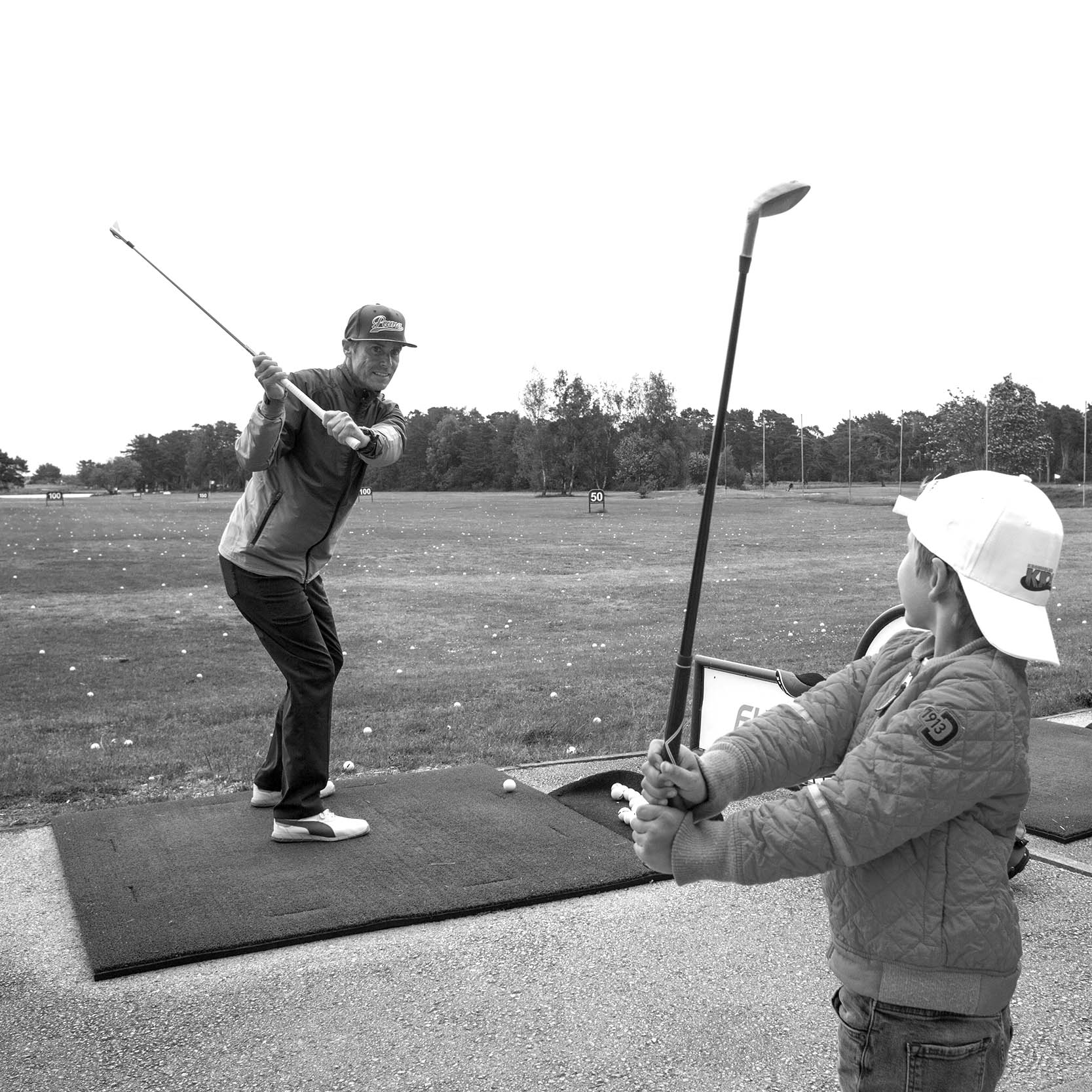 KRONHOLMEN KIDS - Det bästa sättet att komma igång med vilken idrott som helst är att leka. Det gäller inte minst golf, som är en tekniskt svår sport. Med leken föds glädje, gemenskap och suget att fortsätta. Med Kronholmen Kids vill Visby GK öppna dörren för de allra yngsta. Här får dina barn, eller barnbarn, lära sig spela golf helt utan press. Med roliga övningar, utbildade tränare, spel på bana och lekfulla aktiviteter. Klubbor finns att låna i shopen. Bollar på rangen ingår. Och tillsammans med vuxen får kidsen spela fritt på 9-hålsbanan. Allt för bara 400 kr/år - då ingår medlemskap i Visby GK!