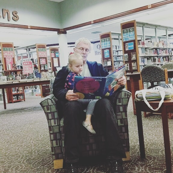 Show of hands 🙋‍♀️🙋‍♂️How many grandparents out there love reading to your grandkids? ❤️❤️❤️ • • • #grandparentsarethebest #readtokids #librarytime #storytime #childrensbooks