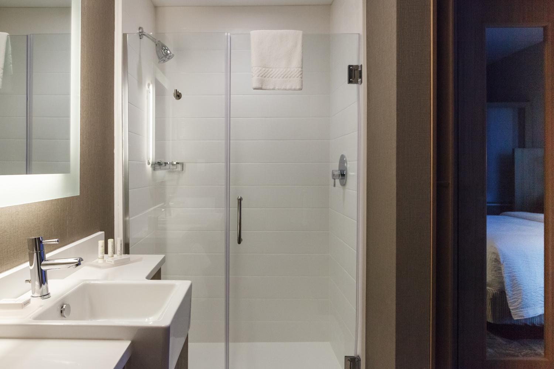 Marriott SpringHill Suites Somerset New Jersey Guest Bedroom Bathroom