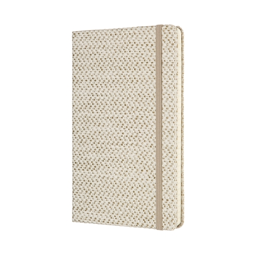 """CARNET MOLESKINE, COLLECTION """"TEXTILES"""", BEIGE : 20 000 F CFA   Format : 13x21 cm /Pages à rayures   Un mélange de teintes, de tissus et de textures, la Collection Blend : là où sensations tactiles et couleurs se rencontrent. Ce carnet Blend est doté d'une couverture en tissu jacquard tactile composée de fils d'un blanc crème apaisant, ainsi que d'un ruban marque-page beige coordonné pour toujours retrouver le bon endroit. Une fermeture à élastique assortie protège discrètement vos précieuses notes.   Son tissu texturé ravive les sens, tandis que ses pages douces n'attendent que vos contenus créatifs, vos pensées et les histoires qui vous inspirent jour après jour."""