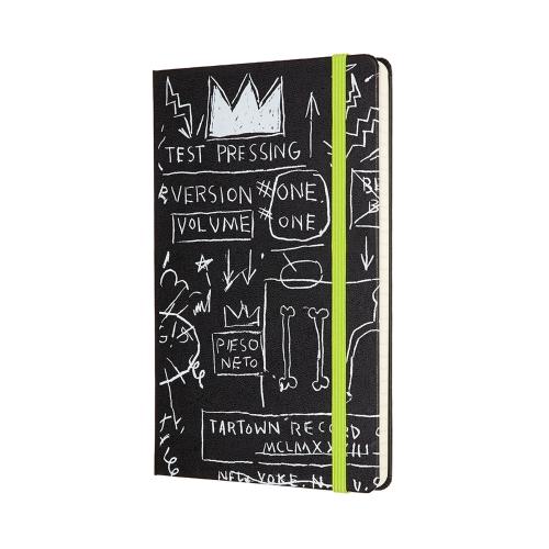 """CARNET MOLESKINE NOIR, COLLECTION """"ART"""", BAQUIAT - EDITION LIMITEE : 25 000 F CFA   Format : 13x21 cm /Pages à rayures   Laissez-vous inspirer par l'art emblématique, brut et expressif de Jan-Michel Basquiat. À travers ce carnet, Moleskine rend hommage à un artiste dont la créativité unique captive le monde entier depuis les années 80. Véritable penseur créatif, Basquiat intégrait aux mots et aux images qui composaient ses œuvres des messages puissants et intemporels sur les questions raciales et identitaires.    Ce carnet noir comporte les lignes à la fois simples et puissantes de sa couronne emblématique, ainsi que des mots griffonnés et des dessins à première vue anarchiques. L'identité est un thème fort de la page de garde antérieure, qui comporte le message « In case of loss » caractéristique de Moleskine suivi d'une citation de Basquiat suscitant la réflexion, « It's not who you are that holds you back, it's who you think you're not. » (« Ce n'est pas qui vous êtes qui vous retient, c'est qui vous pensez ne pas être. »)  L'envers du bandeau papier comporte une courte biographie de l'artiste, tandis que la poche à soufflet au dos de la couverture contient des stickers sur le thème de Jean-Michel-Basquiat."""