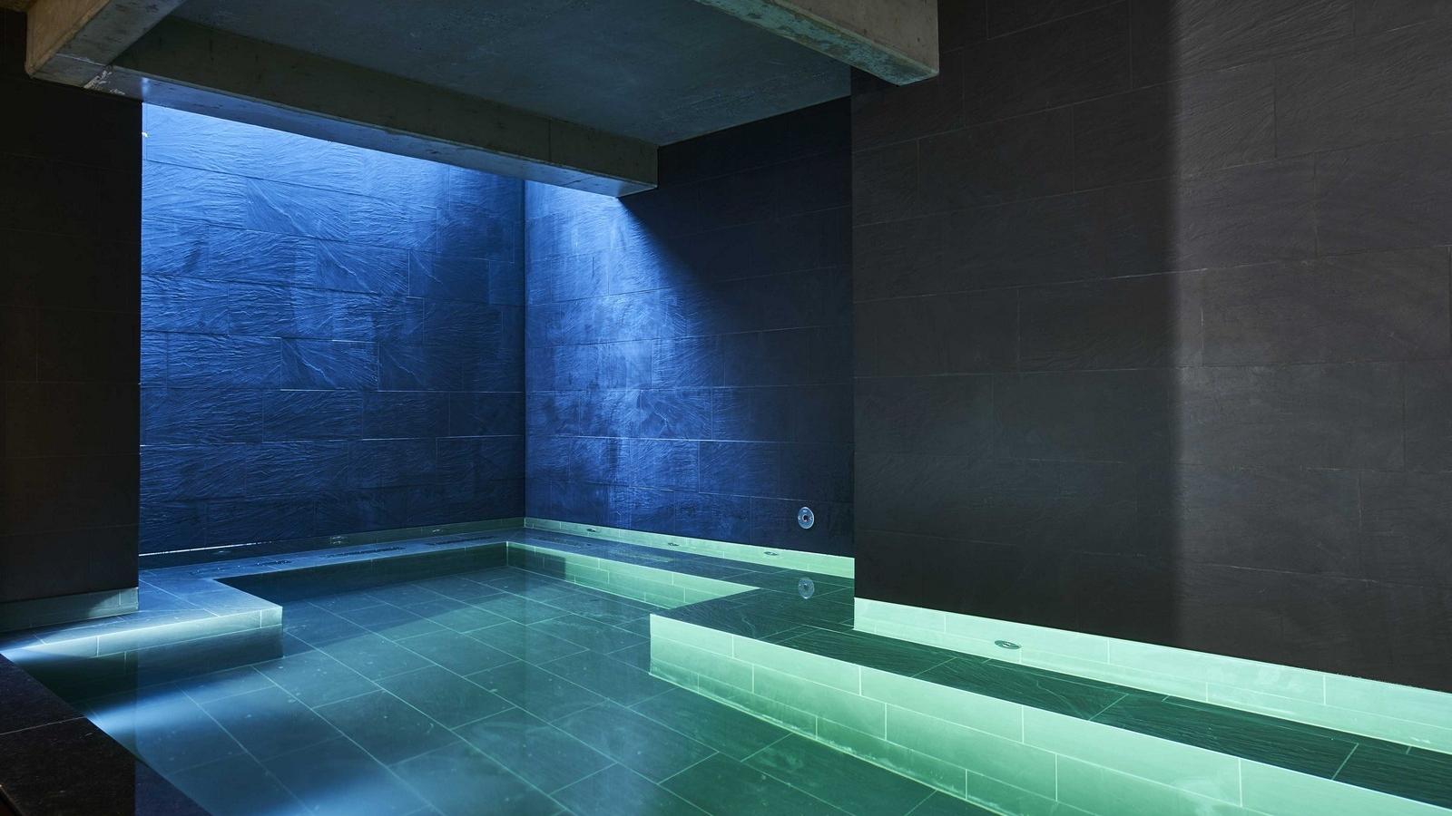 L'area relax. - A disposizione degli ospiti: una sauna finlandese, vasca idromassaggio e piscina coperta.