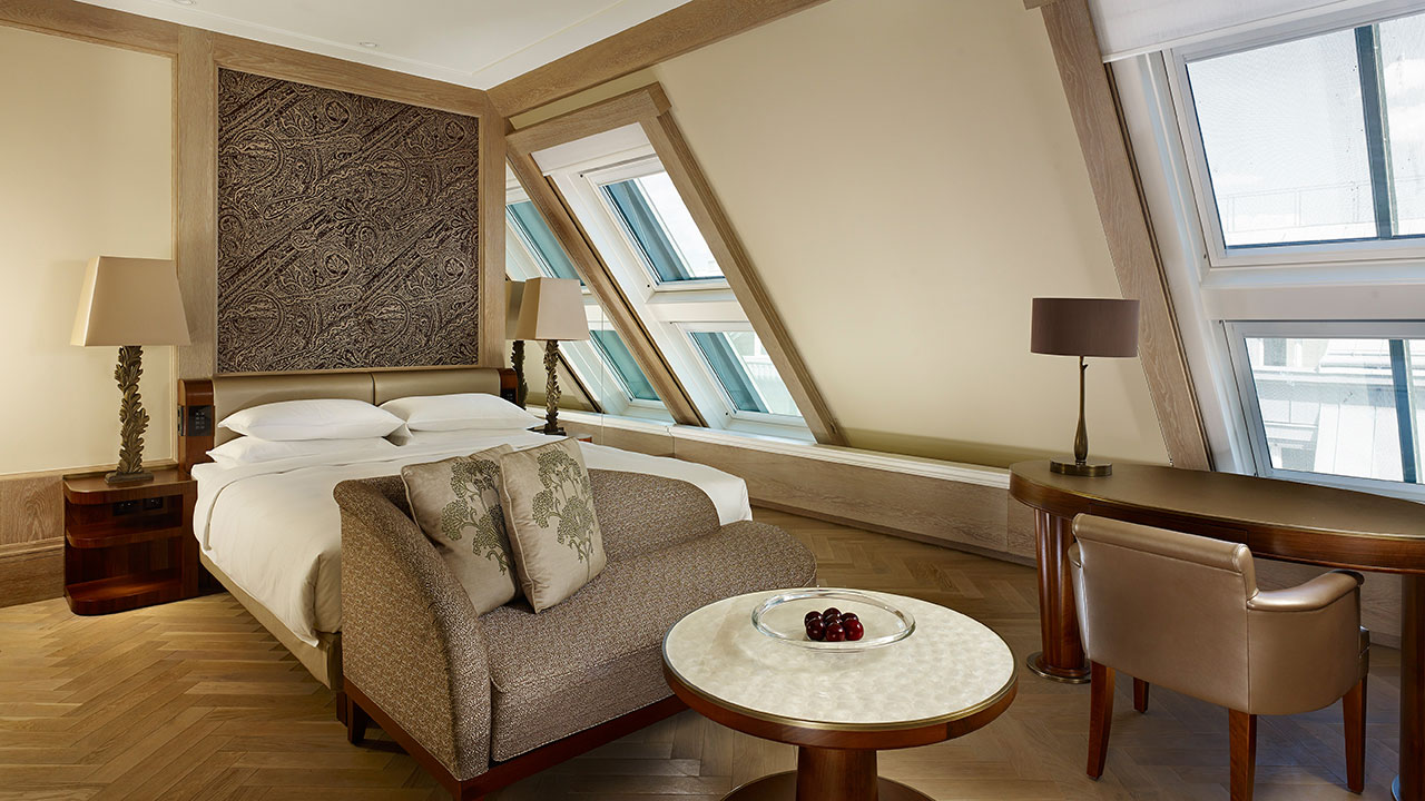 I dettagli che fanno la differenza - Elementi di legno, marmo e madreperla accolgono in ogni stanza: rilassarsi in un ampio bagno in marmo con amenities disegnate da Blaise Mautin.