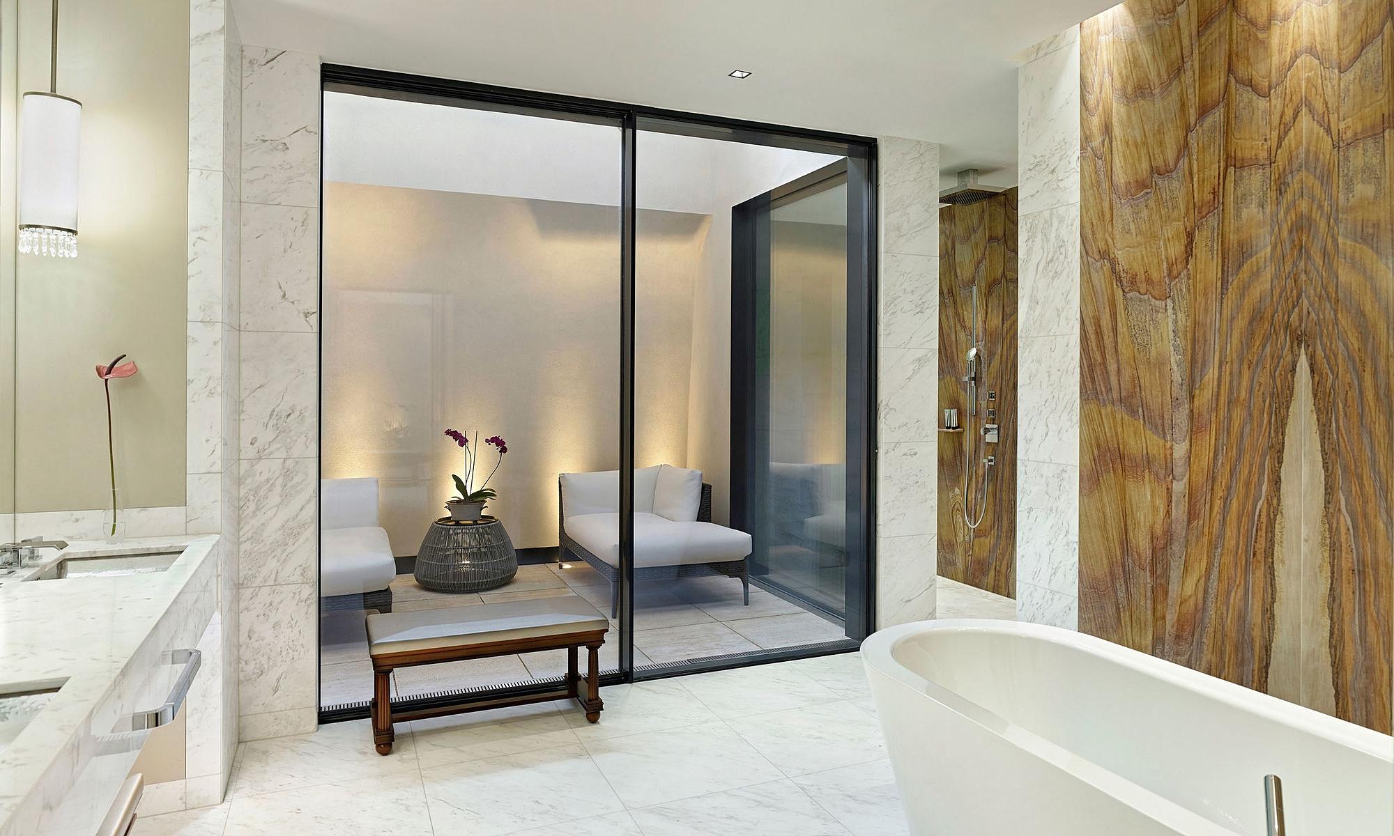 Marmo ovunque - Nella Presidential Suite trovi un bagno con doccia a pioggia, bagno turco ed una vasca da bagno in cui immergerti in completo relax.