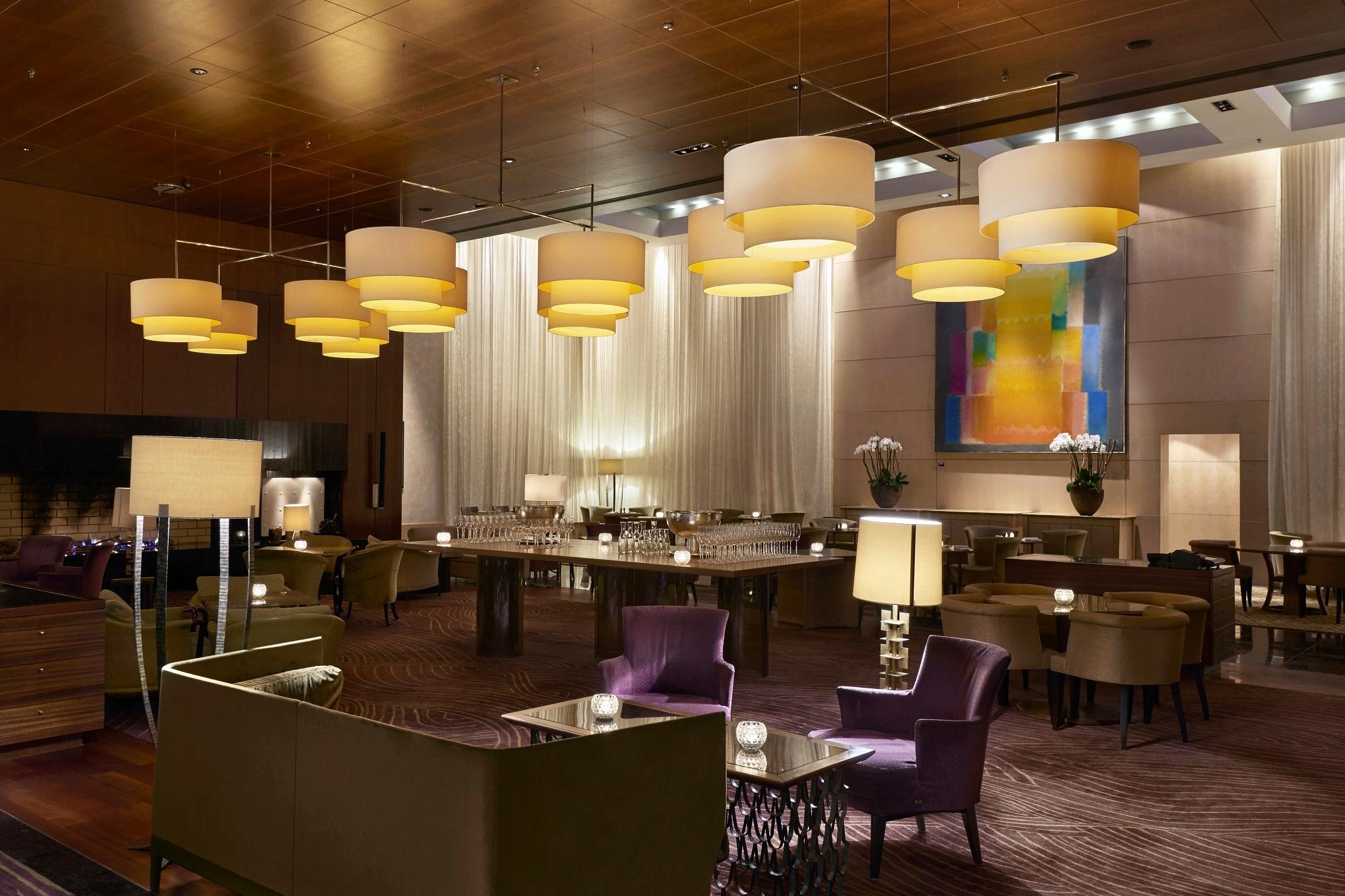 The Lounge - Uno specchio lungo 5 metri, elementi in legno e splendide opere d'arte: un ambiente ideale per rilassarsi dopo una giornata di visite turistiche a Zurigo o per incontri di lavoro.
