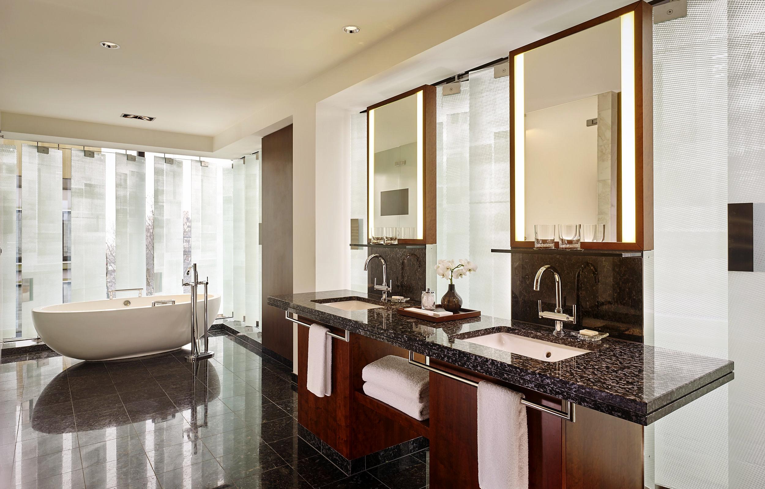 Bathroom - Spazioso e luminoso oltre ogni immaginazione. Il contrasto tra il marmo scuro e le finestre rischiarate dalla luce del sole creano un'atmosfera irriesistibile per un bagno a luce di candela.