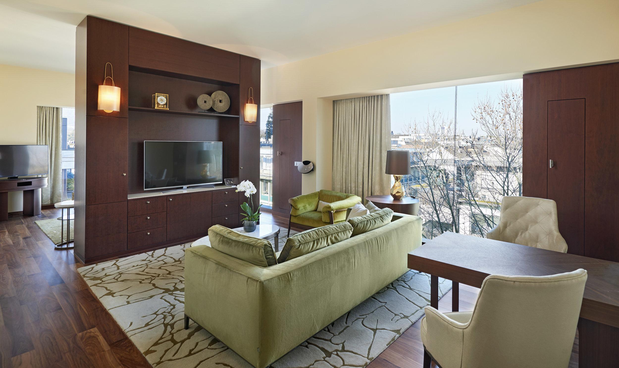 Livingroom - Un'area con una vista unica sul panorama del 6º piano del Park Hyatt, Zürich: la TV 55