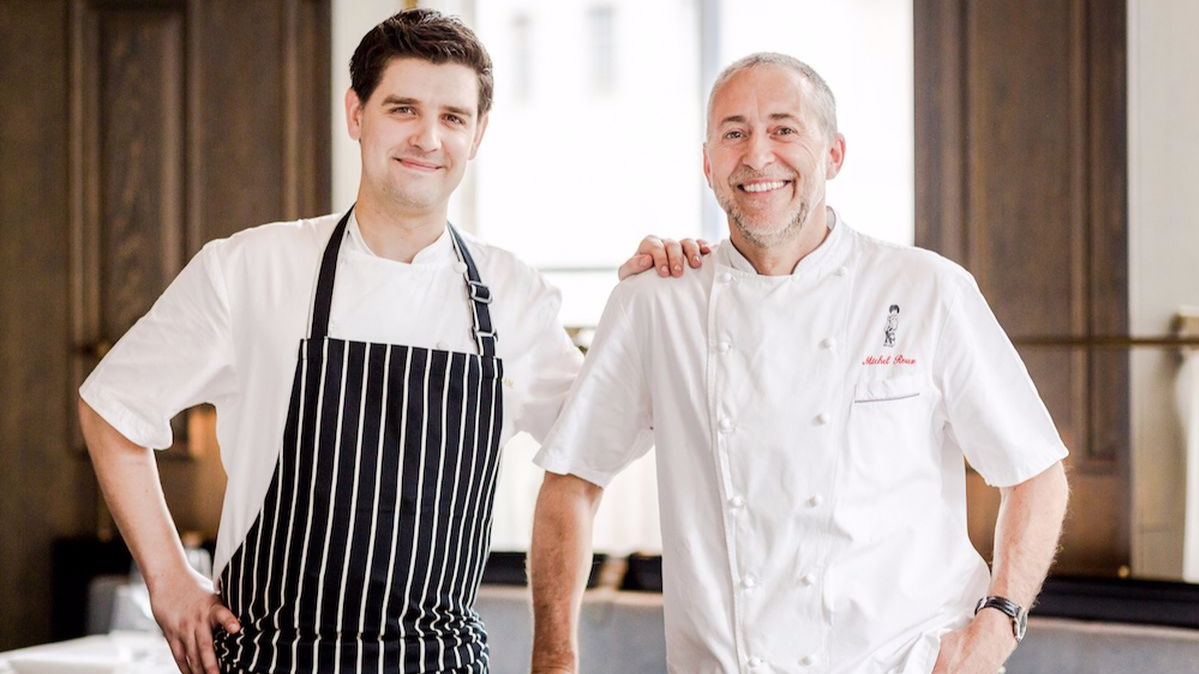 Lo chef Michel Roux Jr.    Sotto la guida dello chef Nicolas Pasquier, il ristorante riformula l'esperienza di una cucina raffinata e semplice