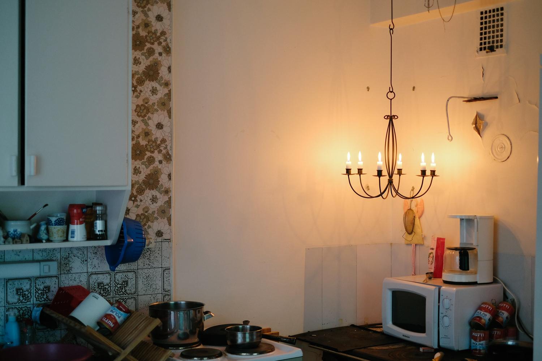 En del av vårt kök. Det står en liten köksspis i hörnet. Tyvärr fungerar den inte. I resten av huset finns snabbt räknat kanske åtta eldstäder till. Någon dag hoppas jag kunna ta dem i bruk.
