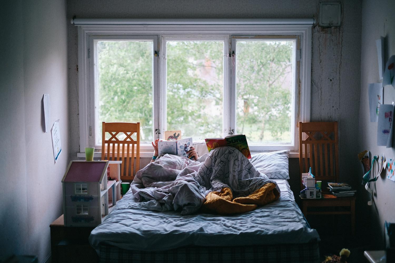 Här sover Edith och Ingrid. Lägg märke till alla tavlor de gjort och satt upp på väggarna.