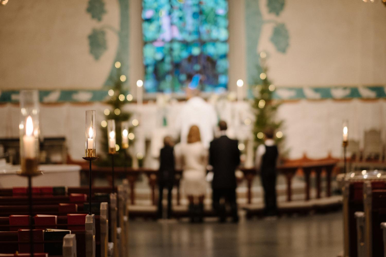 Det är något mycket fint med hela familjer som knäböjer vid altaret!