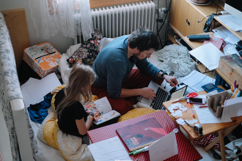 Kort efter att vi varit i Helsingfors kom hela syster Amandas familj till oss och det blev härligt och kaotiskt, precis som det brukar. Pennor, papper, sax och tejp = barn som pysslar, vuxna som får vara ifred men sedan städa flera timmar efteråt. Så här kan det alltså se ut! Det är nån slags butikslek på gång och mitt i allt ska Tobias skriva ut nåt och hamnar lite mitt i.