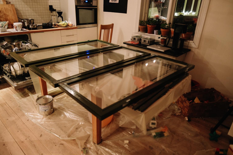 Måla fönster i köket får en så lov att göra om det inte finns ett varmt garage till förfogande. Linoljefärg. Fyra varv. Åtta fönster, tror jag det var. Det tog sin lilla tid, men köpenhamnsgröna fönster är fint.