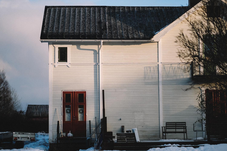 Det här är vårt hus sett från bakgården. Den delen som dörren är på är helt ny. På nedre våningen finns nu en ny hall och en tvättstuga ska det bli när vi orkar. På våningen ovanför finns numera mitt och Tobias sovrum; husets mysigaste rum.