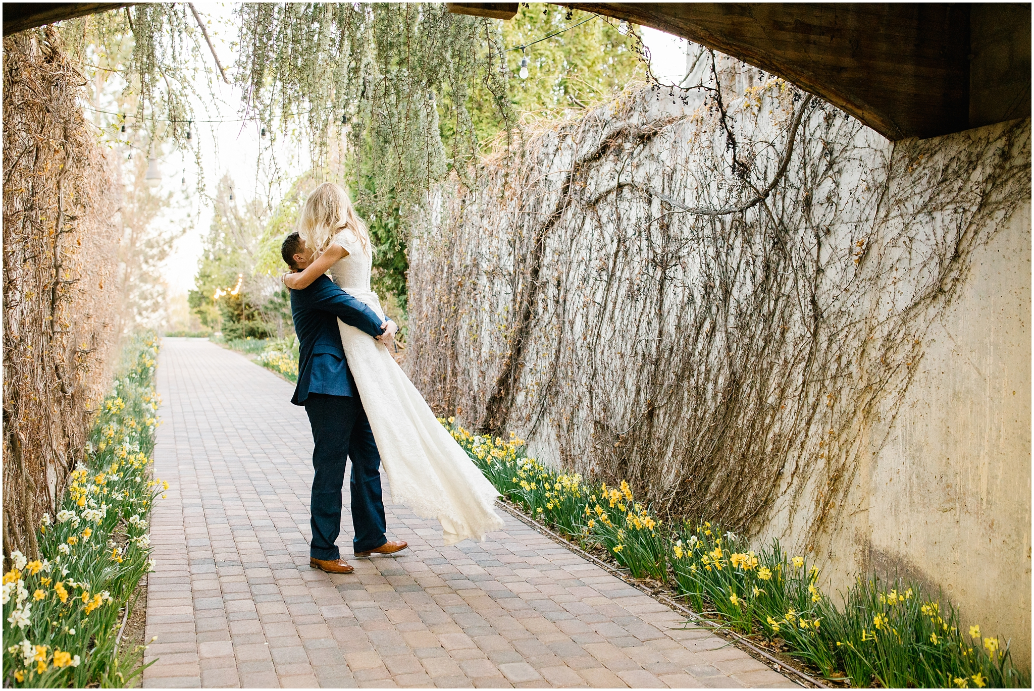 Lizzie-B-Imagery-Utah-Wedding-Photographer-Thanksgiving-Point-Payson-Temple_0021.jpg