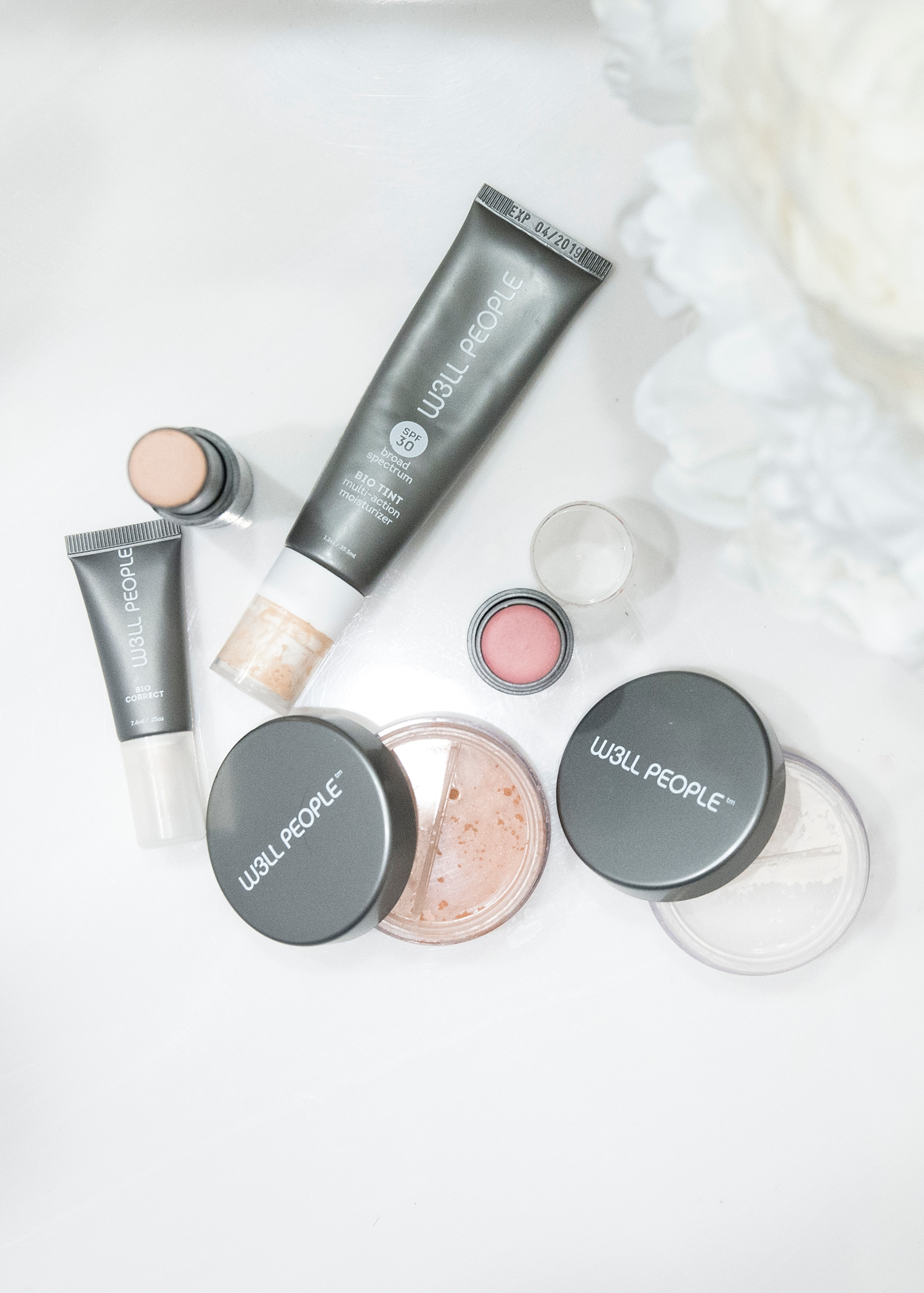 Looking for clean beauty options and you're an over 40 woman? I've got you covered in today's post all about green beauty that also cares for aging skin! W3LL People has great moisturizing options for women over 40--moisturizing and healthy ingredients help give your skin a boost!