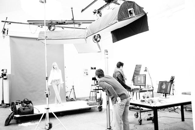 Studio Fotografio e Sala Pose a noleggio a Bologna, OVF studio puoi noleggiare una sessione di poche ore, per un giorno o per un lungo periodo. Nello studio fotografico centrale è possibile realizzare shooting e video di moda e di prodotto.