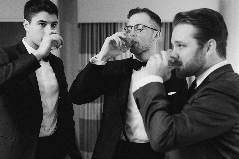 groom-groomsman-drinks