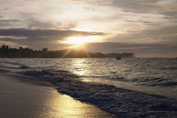 Yunxi captures the sunrise on the Unawatuna beach.