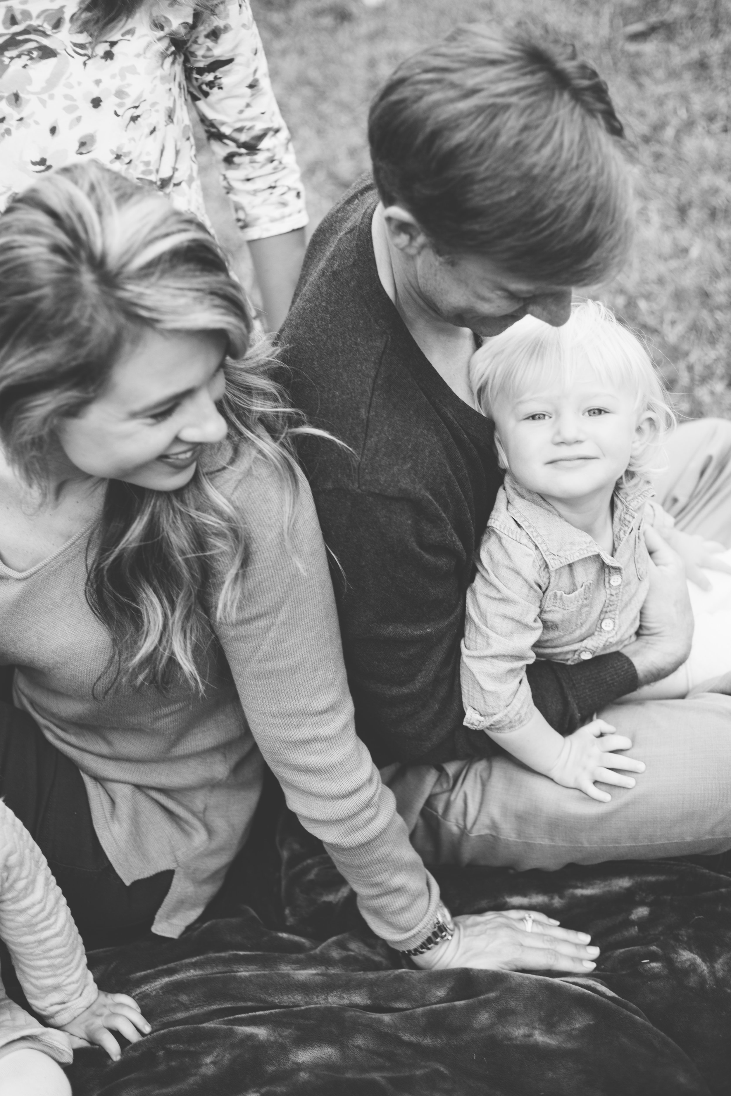 family, poses, outdoor, Knoxville, ideas, outfits, large, country, field, inspiration, funny, with toddler, color scheme, creative, siblings, fall, unique, natural, natural light, photoshoot, colorful, vibrant, fall, black and white