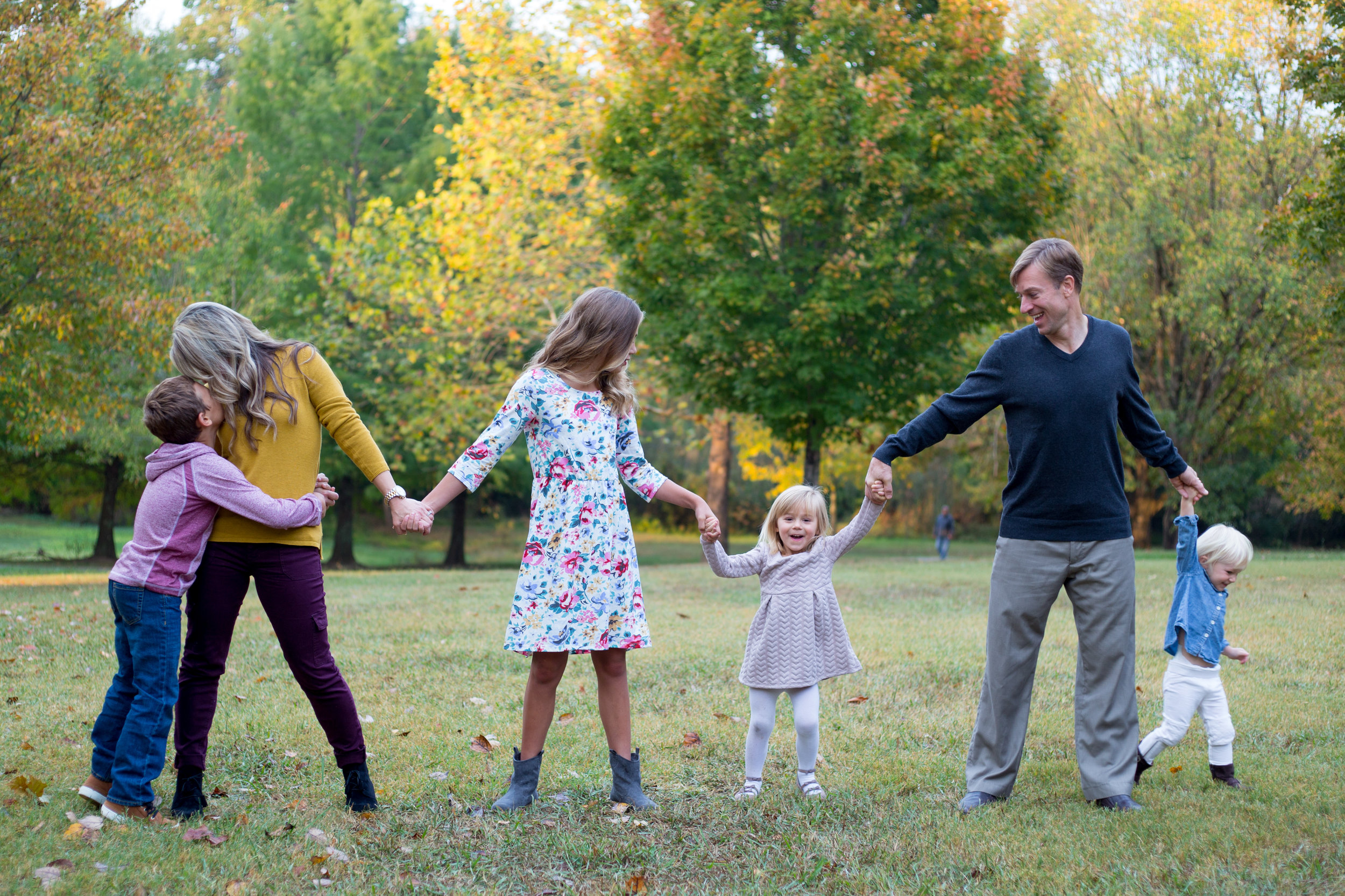family, poses, outdoor, Knoxville, ideas, outfits, large, country, field, inspiration, funny, with toddler, color scheme, creative, siblings, fall, unique, natural, natural light, photoshoot, colorful, vibrant, fall