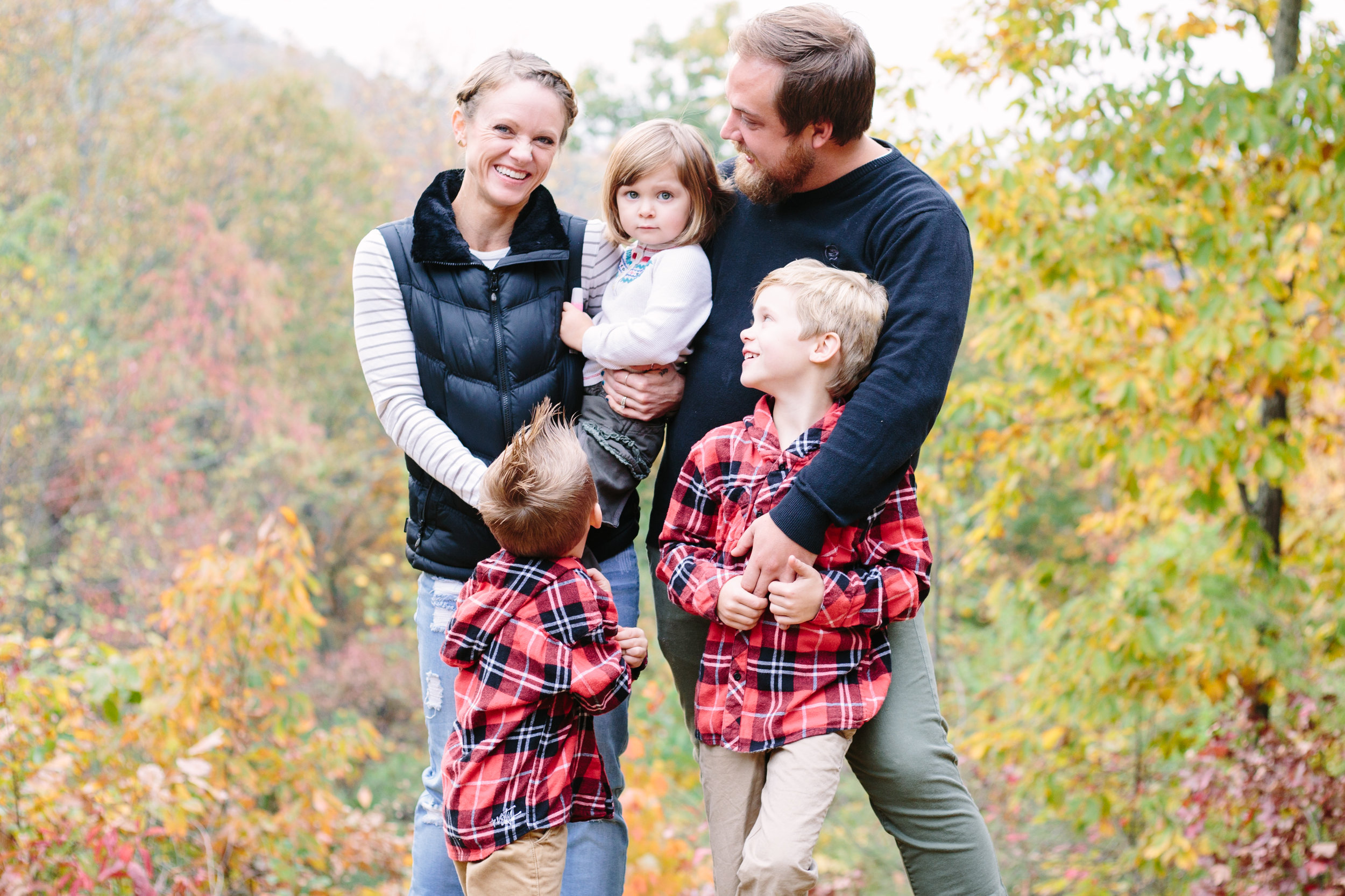 family, poses, outdoor, Knoxville, ideas, outfits, large, country, field, inspiration, funny, with toddler, color scheme, creative, siblings, fall, unique, natural, natural light, photoshoot, colorful, vibrant, fall, mountains, Gatlinburg, Tennessee, large, extended, mountains