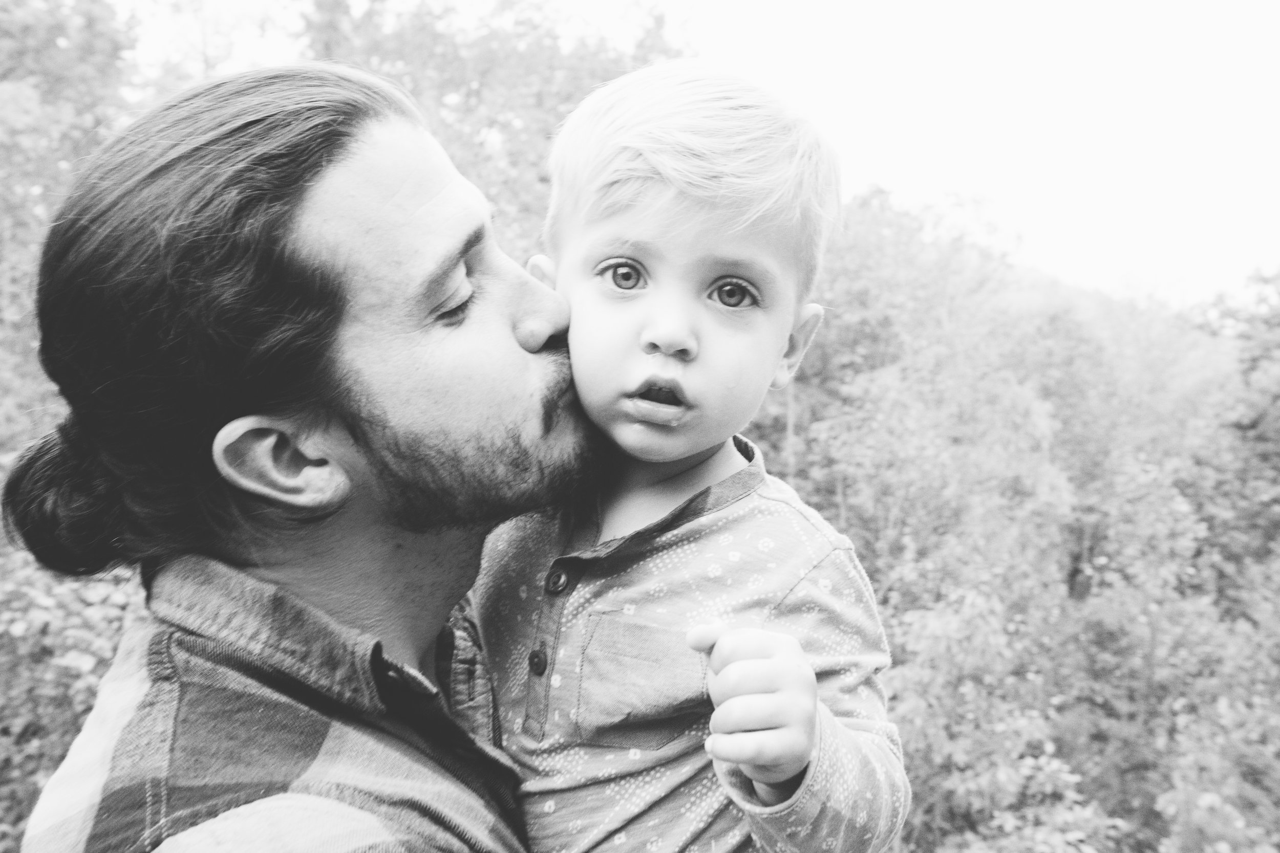 family, poses, outdoor, Knoxville, ideas, outfits, large, country, field, inspiration, funny, with toddler, color scheme, creative, siblings, fall, unique, natural, natural light, photoshoot, colorful, vibrant, fall, mountains, Gatlinburg, Tennessee, large, extended, mountains, black and white