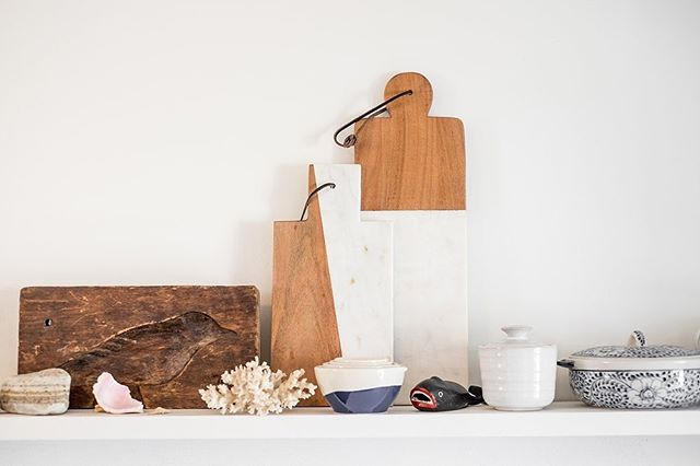 Open shelving is one of my favourite ways to display those items in your kitchen that are both functional and full of character, like cutting boards, dishes, glassware and even quirky bottle openers 📷: @samsonpix⁣ ⁣ #debnelsondesign⁣ #openshelving ⁣ #kitchendecor⁣ #halifaxnoiseathome⁣ #smmakelifebeautiful⁣ #finditstyleit