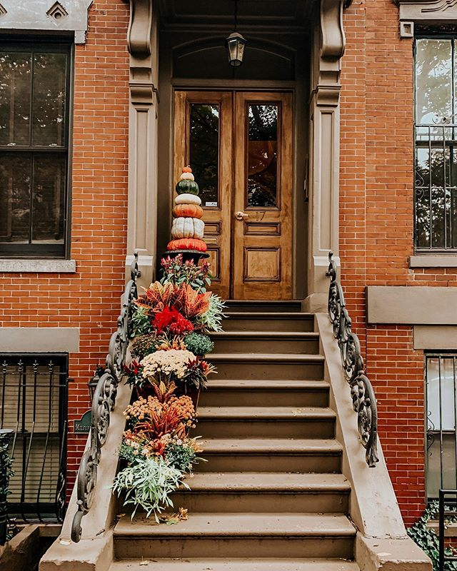 It's the most wonderful time of the year! South end stoop season 🍁🍂but I'm  exploring the great outdoors from the comfort of my couch today 😂  #bostonbrunchguide