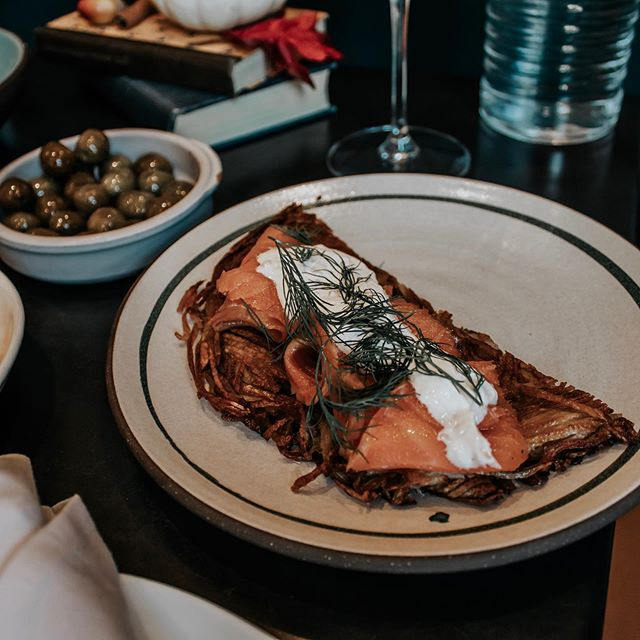 THIS is a potato rösti, and trust me, you NEED it. Crispy potatoes topped with smoked salmon, sour cream, and dill… caviar optional if you're feelin' extra @blacklambbos 💁‍♀️ #bostonbrunchguide