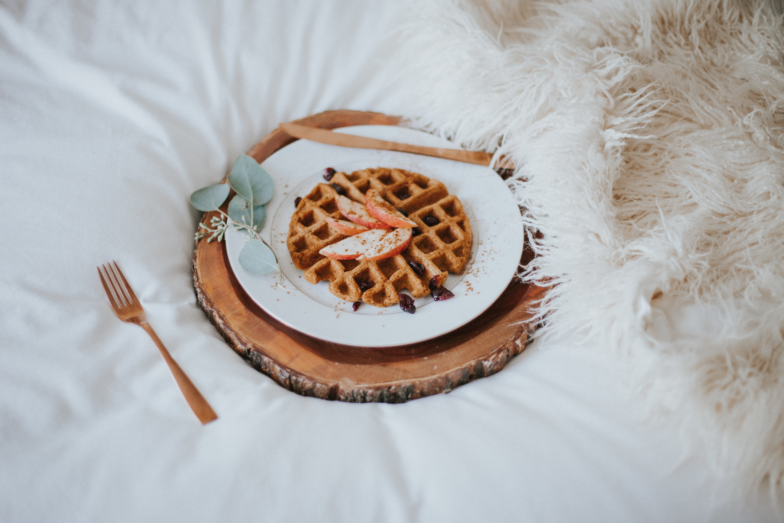Make these amazing pumpkin waffles in under five minutes, by mixing Kodiak Cakes Gluten Free Flapjack Mix with a little pumpkin puree, maple syrup, pumpkin spice and almond milk. My favorite toppings are apple + cranberries or pear + candied ginger!