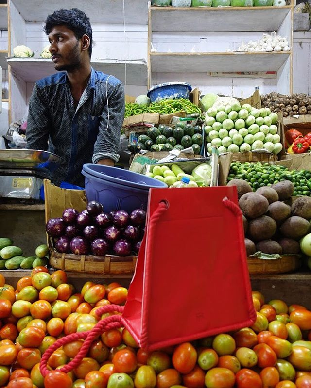 Sitting on tomatoes 🍅 in a an Indian market in Panaji, Goa. #indianmarket #vegetables #colorful #healthyfood #posing #tyvek #tyvekmakesdifference #recyclablematerial #swissdesign #arrimage #onholiday