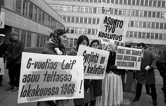 Romanien kansalaisoikeuksien puolesta taisteltiin 60-luvulla. YK:n päivän mielenosoitus Kallion virastotalon edessä. Kuva: Kansan arkisto / Lähde:  Arvon mekin ansaitsemme