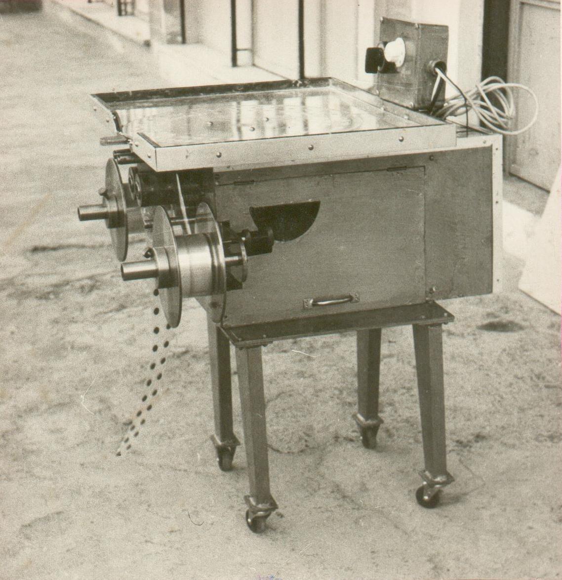 Από τις πρώτες κατασκευές του είναι μια μηχανή συσκευασίας φαρμάκων.