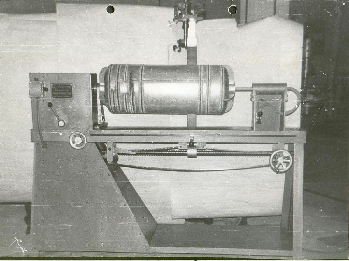 Οι κατασκευές σιγά - σιγά είναι πιο σύνθετες. Εδώ έχουμε άλλο ένα συγκολλητικό μηχάνημα, αυτή τη φορά για θερμοσίφωνες.