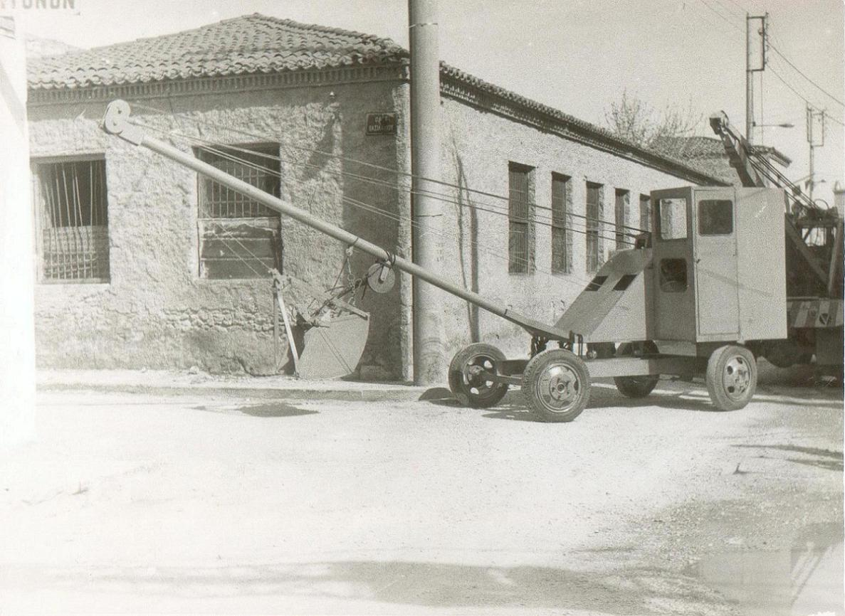 Συρόμενος πετρελαιοκίνητος γερανός ασβεστοποιϊας.