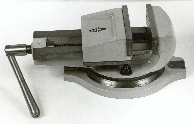 Μέγγενη εργαλειομηχανών 17p με άνοιγμα σιαγόνων 17cm & ένα μοιρογνομώνιο περιστροφής.