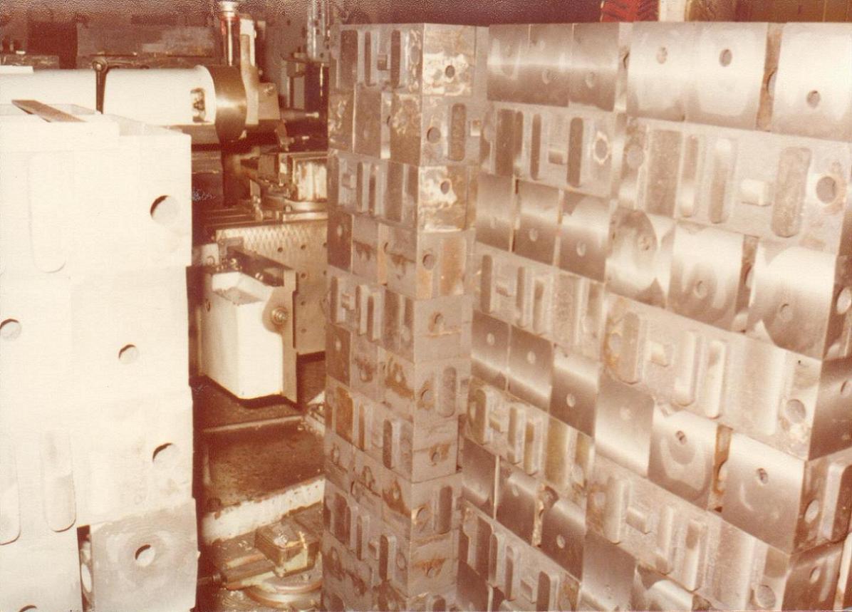 Χυτά από πρεσσάκια αλουμινίου στη διαδικασία παραγωγής στο μηχανουργείο του Πειραιά.