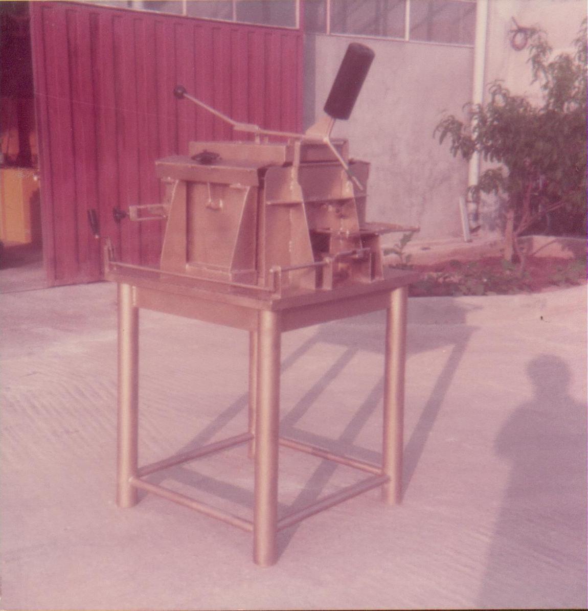 Ειδική κατασκευή για το μοντάρισμα & κόλλημα του ανοξείδωτου θαλάμου μικρών πλυντηρίων πιάτων.