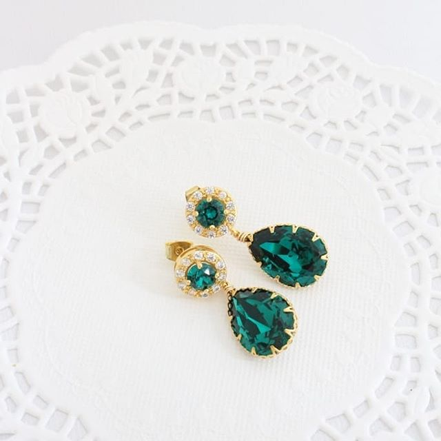 Emerald green and gold. What do you think? Like it? Love it? Adore it? ⠀⠀⠀⠀⠀⠀⠀⠀⠀ Let me know below :) ⠀⠀⠀⠀⠀⠀⠀⠀⠀ #greenwedding #greenandgold #greenearrings . . . . . #nontraditionalwedding #engaged2019 #glambride #whimsicalwedding #rockmywedding #nontraditionalbride #uniqueweddings #goingtothechapel #weddinglanningtips #glamweddings #coolbride #yourdayyourway #wedspiration #alternativewedding #bridalmusings #creativewedding #minimalistbride