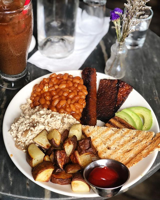 Want to know where vegans get their protein? 💪🏽 Here's my go-to dish at @barvelobrooklyn (which you can make your own version at home too!). It's packed with #plantbased protein from the tofu scramble, baked beans, @fieldroast sausage, and #tempeh bacon 🙌🏽 #breakfastofchampions #whatveganseat #cleaneating #vegan