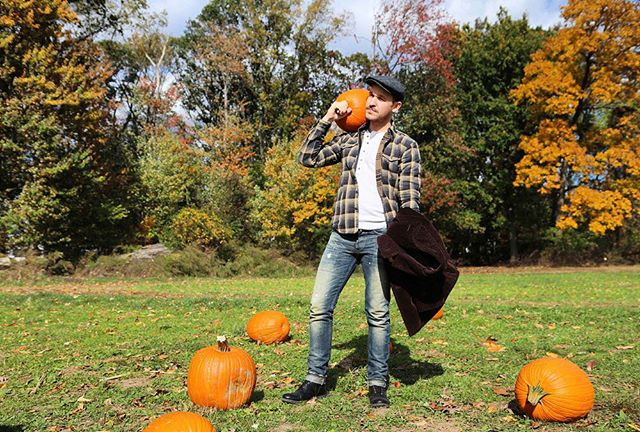 Better hurry, it's #pumpkinpatch season! 🍂🎃🍂 I think every New Yorker knows we only get about two good weeks of this weather until winter is finally here. So what #veganfriendly fall activities is everyone up to? #winteriscoming #fall #ootd #vegan #veganfashion #pumpkin