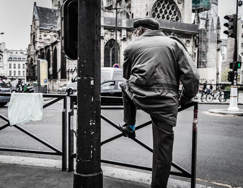 A man observing Parisian traffic