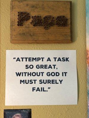 Una vez sobre el escritorio de mi padre, esta cita ahora cuelga sobre la mía.