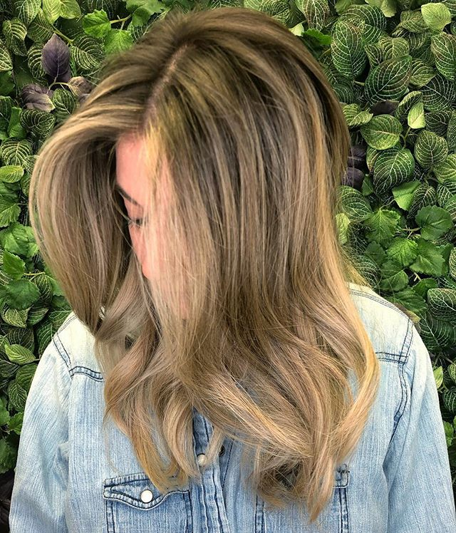 This bombshell hadn't been in for a color touch up in almost 10 months!! 😮 So happy to get to go in and brighten her up!  TIP: This is a great time of year to get in for your first pre-summer lightening session!  #jlilliehair #lilliesondune #redkencolor #blondespecialist