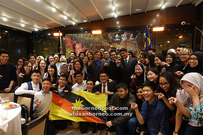 Abang Johari (standing centre) in a candid moment with Sarawakian students during a group photo session at the 'London Lan Berambeh' gathering.