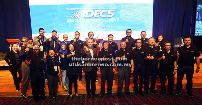 Abang Johari (sixth right, front row) with Morshidi (fifth right, front row), Tapscott (fifth left, front row) and others give the thumbs-up for IDECS 2017. — Photos by Muhammad Rais Sanusi