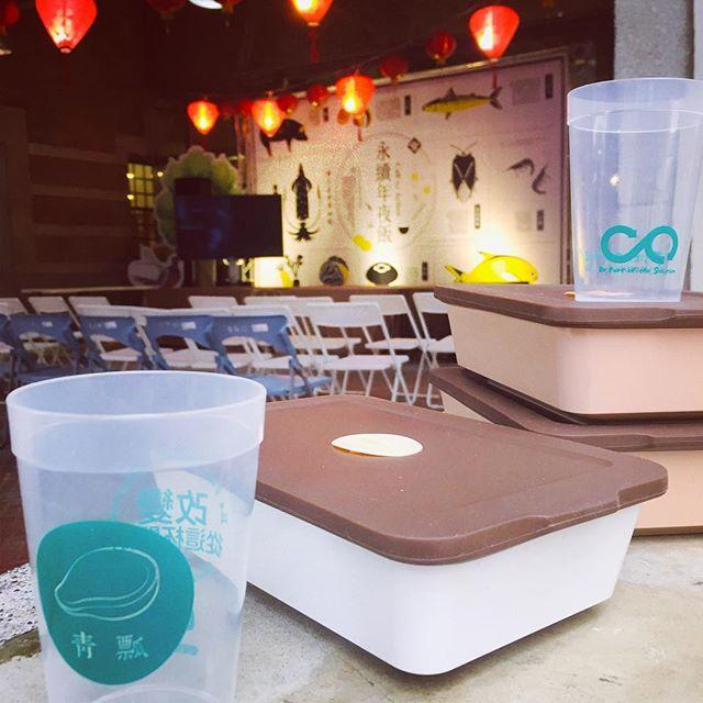 20190203 歲末年終 在臺灣 年前大掃除後 最期待的 莫過於團圓吃「年夜飯」 豐盛的佳餚中 海鮮已是必備 但食材是否健康 卻鮮少人關心  感謝國立臺灣博物館的努力與用心 其實只是簡單的理念  使我們了解環境永續的重要 很高興能和嶼魚廚房合作 提供特製便當給市集攤販的工作人員 同時 參與活動的媒體記者與民眾  也能體驗青仔所提供的服務  希望大家年年有「魚」 最重要 讓下一代有好魚可吃  #永續 #年夜飯 #源頭減量 #青瓢 #臺灣 #博物館 #減塑 #市集 #攤販 #chingpiao #lessplastic #lunchbox #lunch #box #circulation #happy #taiwanese #new #year #reunion #dinner #fish #market