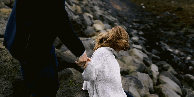 iceland-engagement-photos-black-sand-beach-005.jpg